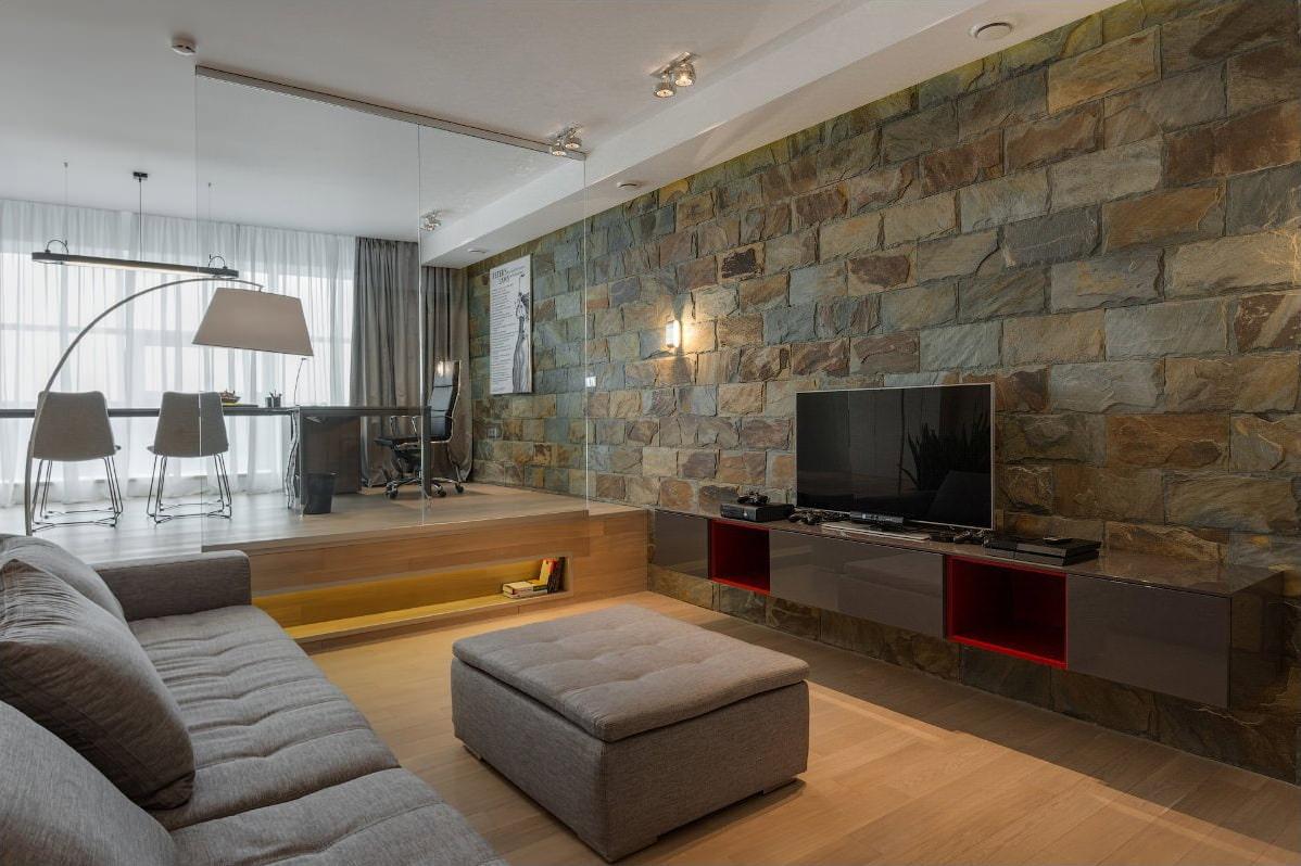 дикий камень в интерьере гостиной
