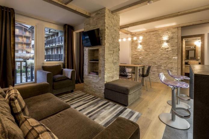 камень в дизайне интерьера гостиной