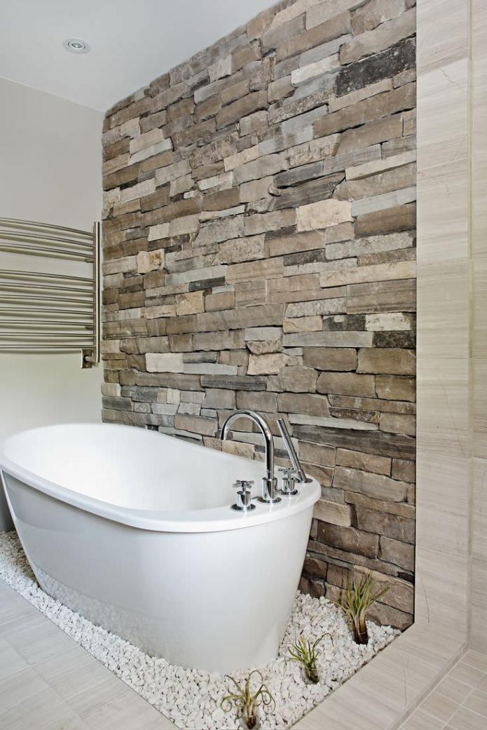 декоративный камень на стене в ванной