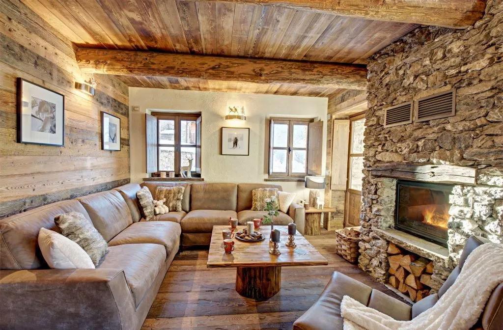 Сочетание камня с деревом в гостиной в частном доме
