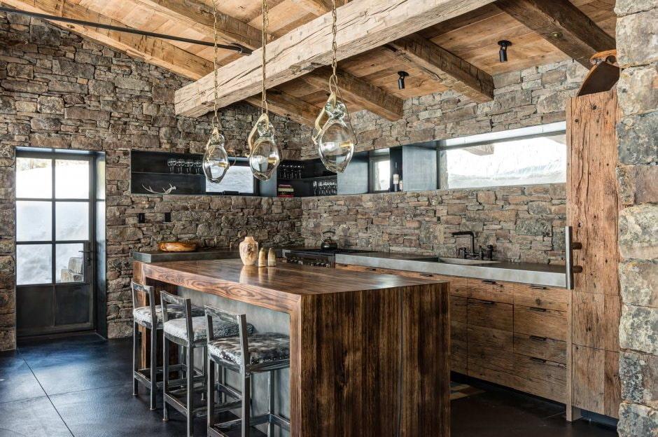 Сочетание камня с деревом в кухне