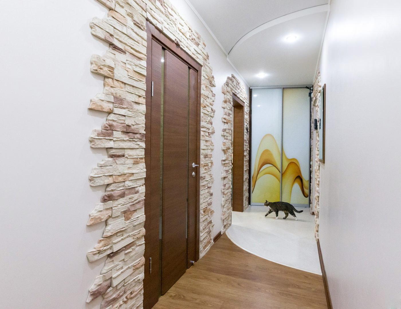 двери оформленные декоративным камнем