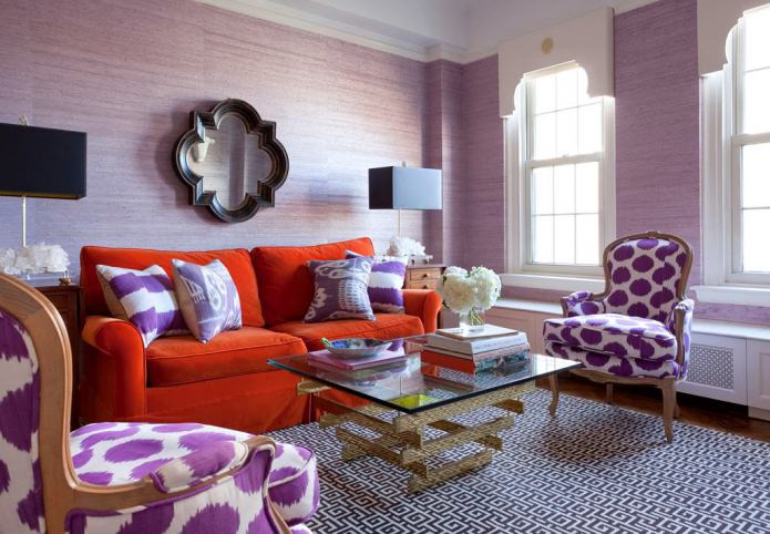 Красно-фиолетовый интерьер гостиной