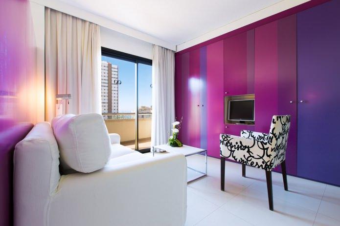 сочетание белого и фиолетового цвета в гостиной