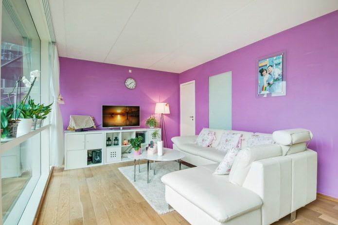 Белый с фиолетовым в интерьере гостиной