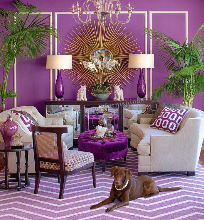 фиолетовый в интерьере гостиной