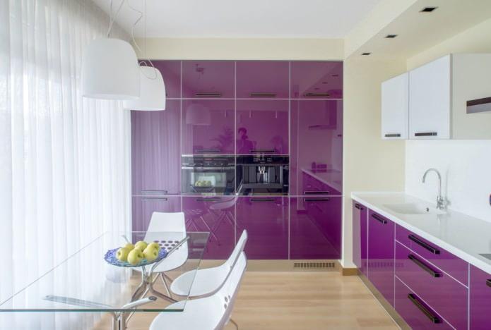 интерьер кухни с фиолетовым гарнитуром