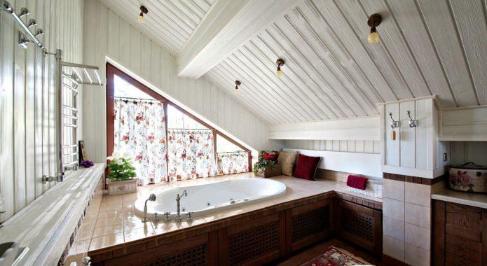 Односкатная мансардная крыша в ванной
