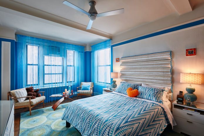 голубые нитяные шторы в спальне