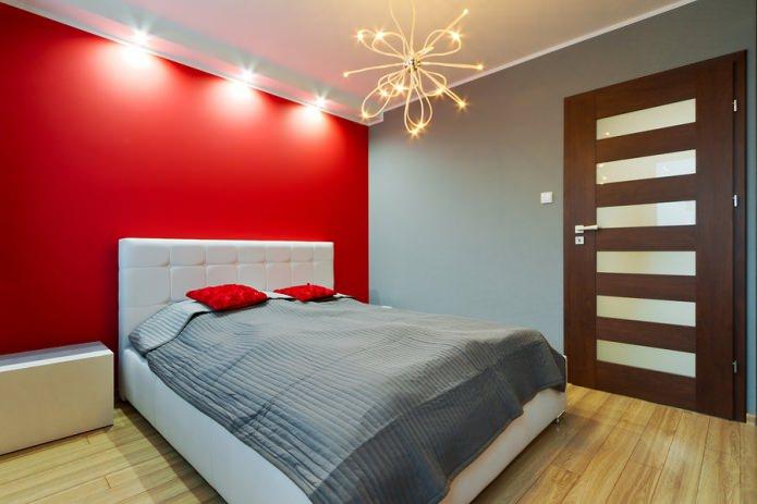 комната в стиле минимализм с красной акцентной стеной