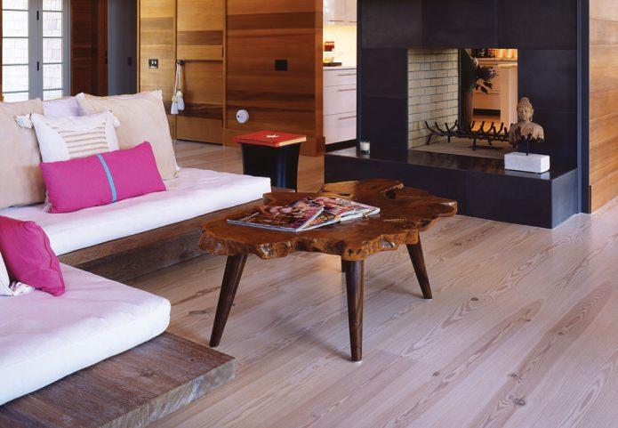 светлый ламинат и стол из дерева