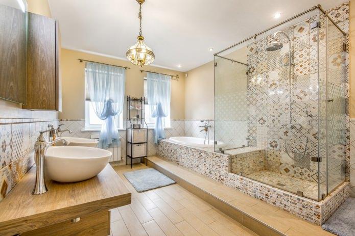 ванная с двумя окнами