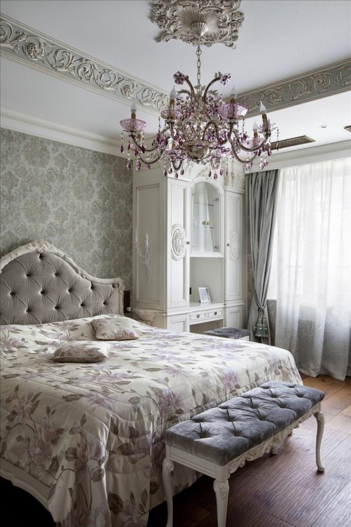 классическая хрустальная люстра в спальне