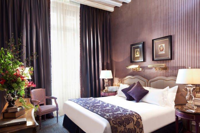Фиолетовые полосы на стенах в спальне