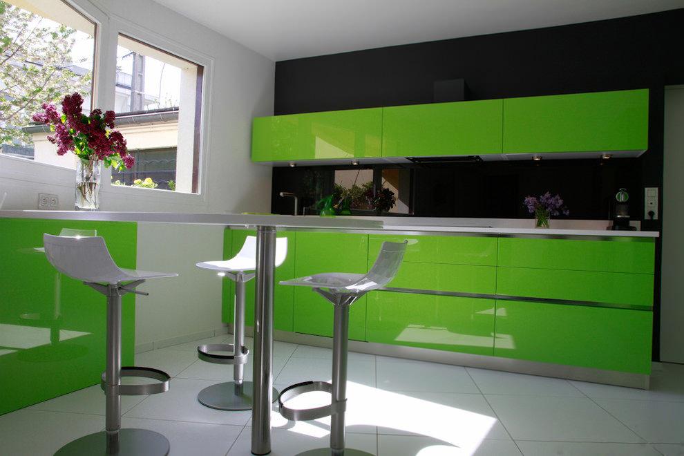 Кухня-зеленое яблоко столешница оранжевая стол стело - черный Столы искуственный камень Сосновка