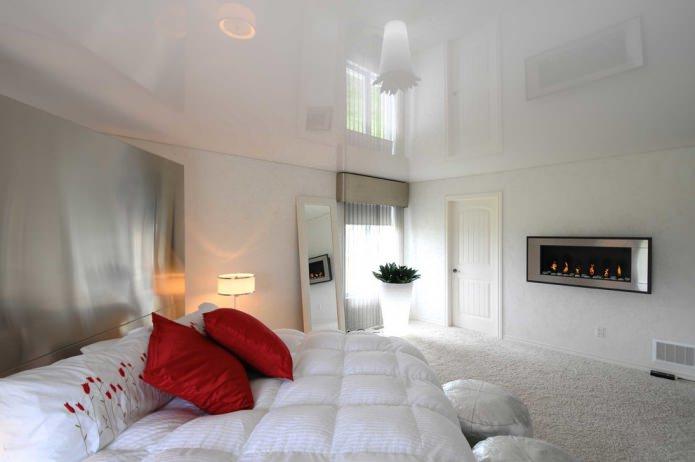 белые стены и пол в спальне