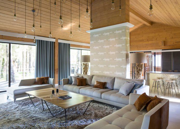 современный дизайн деревянного дома с плотными портьерами