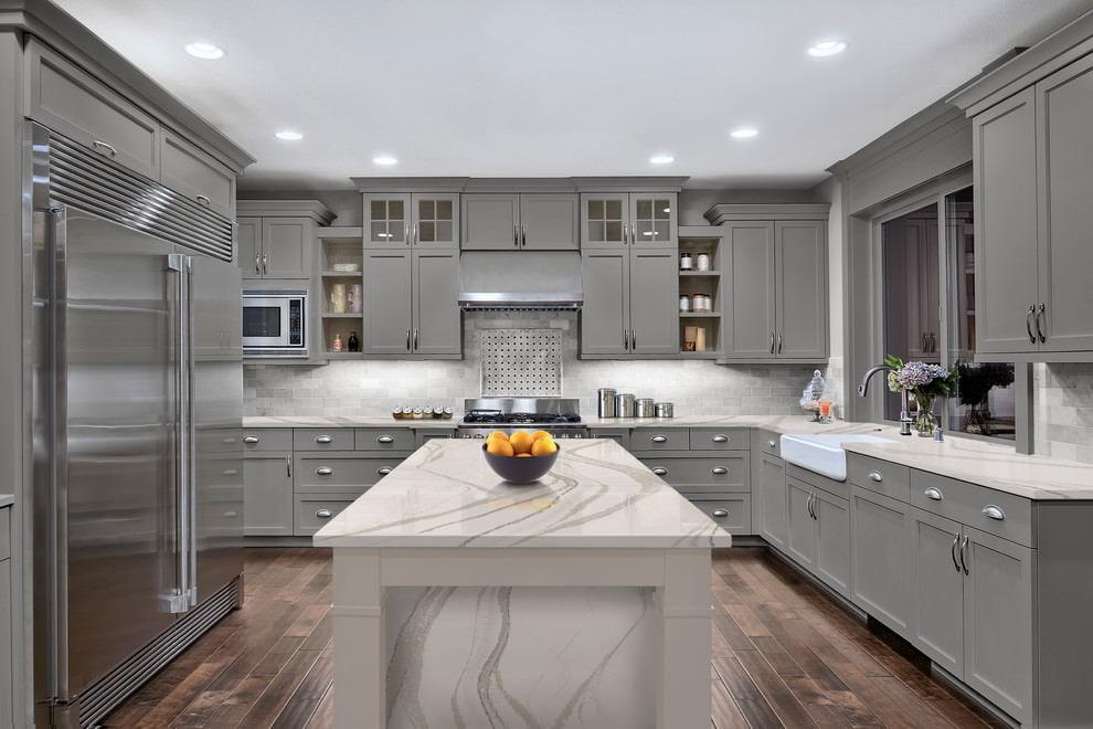 Интерьеры с серым кухонным гарнитуром