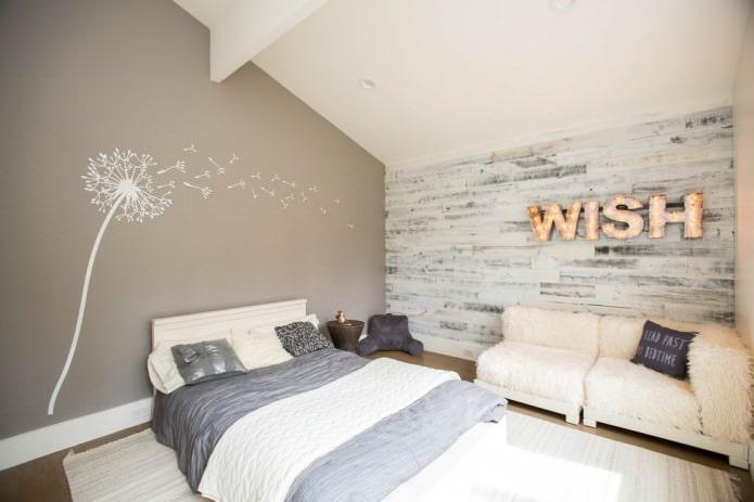 серо-белый ламинат на стене