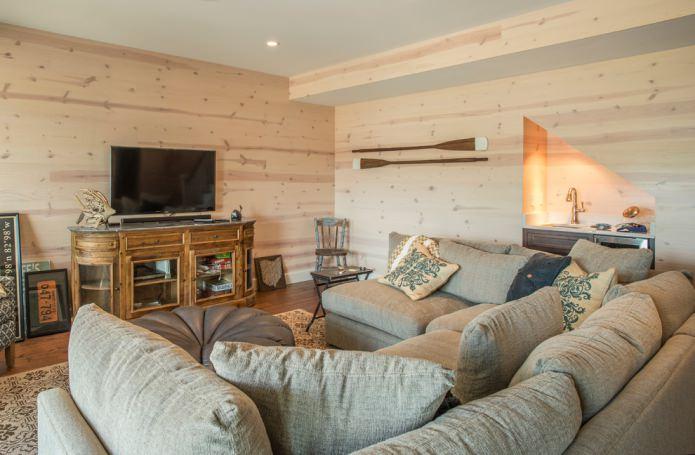 Светло-коричневый ламинат на стене в гостиной