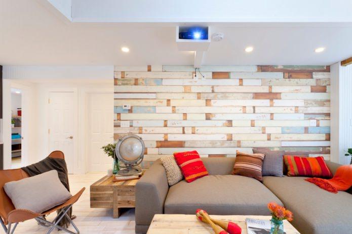 разноцветный ламинат на стене в гостиной
