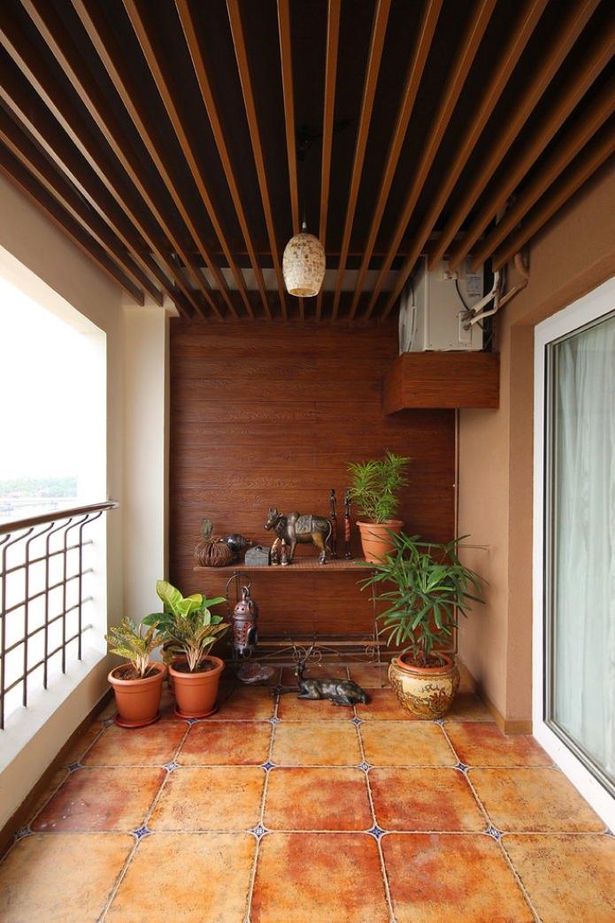 открытый балкон с деревянной стеной