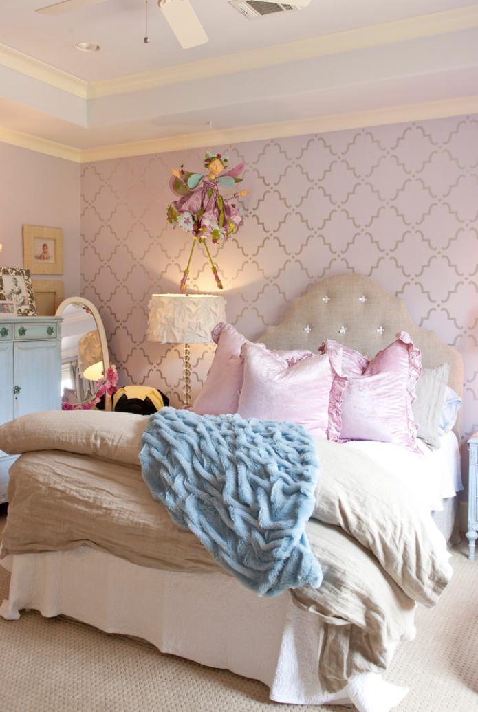 светло-сиреневые обои в спальне