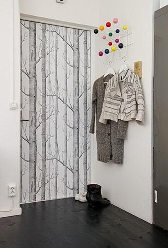 украшение двери самоклейкой с рисунком деревьев