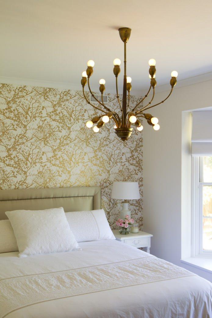 акцентная золотая стена в спальне