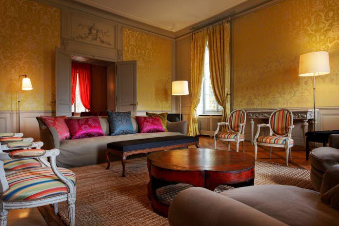 дизайна гостиной с текстильными обоями