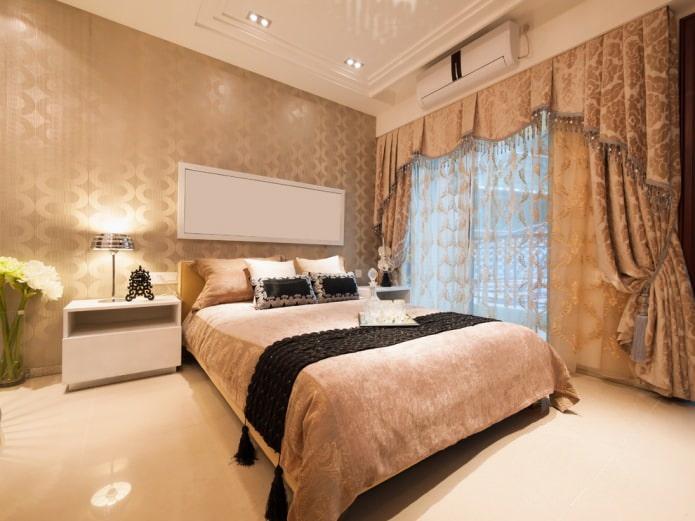 шторы в комнате с золотыми обоями