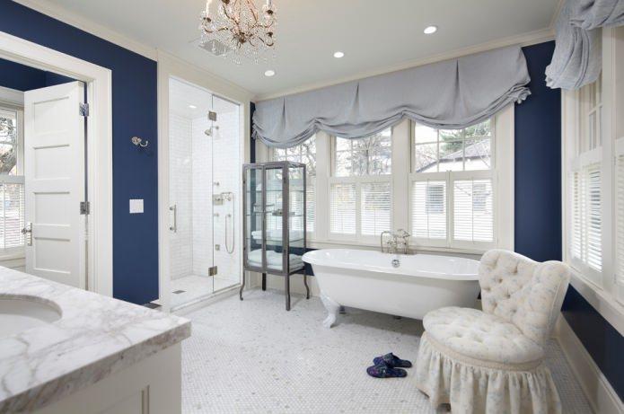 белая мозаика на полу в ванной