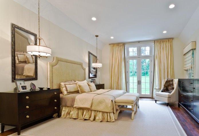 интерьер спальни с шелковыми портьерами