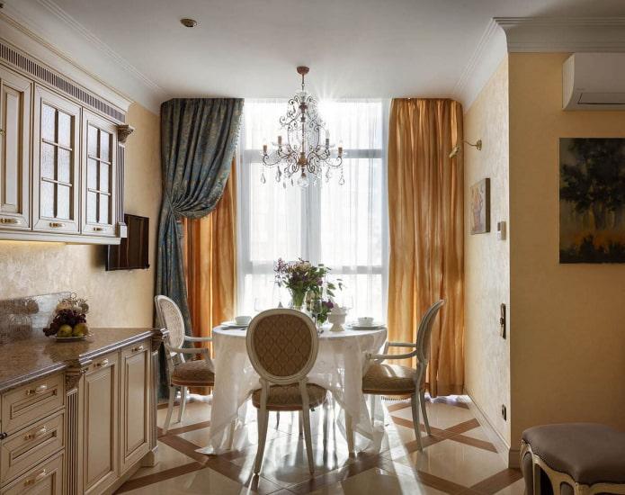 синие и золотые шторы в кухне