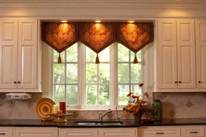 пример оформления окна на кухне ламбрекеном в восточном стиле