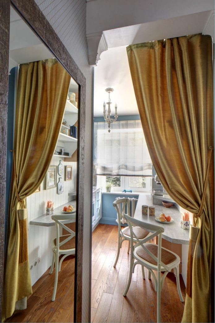 золотые шторы в кухне