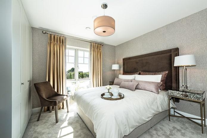 однотонные золотые шторы в спальне