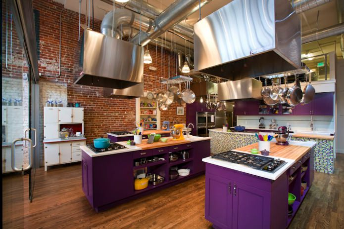 Угловые кухни фиолетового цвета фото