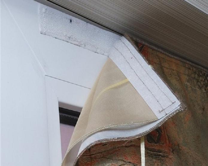 установка шторы на липучке на пластиковое окно