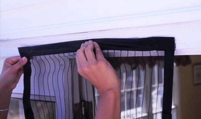креплении на стену шторы на липучке