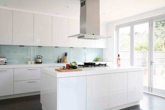 Белый кухонный гарнитур: особенности выбора, сочетания, 70 фото в интерьере - 14