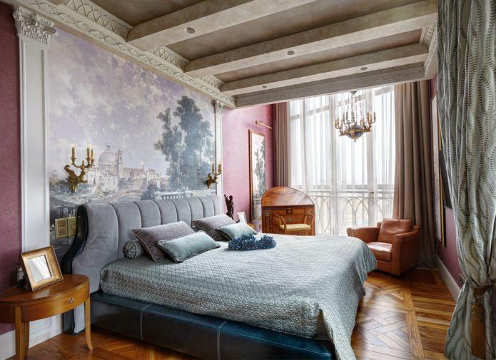 стена у изголовья кровати в спальне классического стиля задекорирована росписью на флизелине