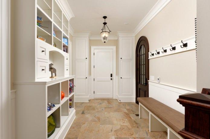 темно-коричневая дверь и светлая мебель в прихожей