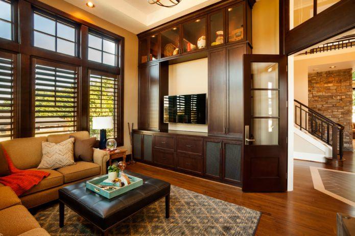 коричневая мебель и коричневая дверь
