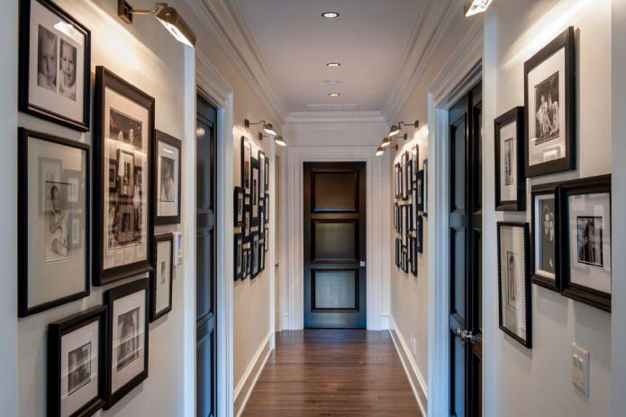 черные двери в белом узком коридоре