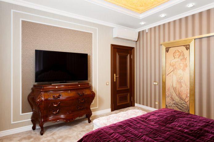 комбинация белого плинтуса с темно-коричневой дверью