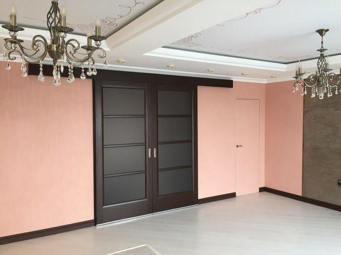 дверной проем цвета венге с темными стеклами