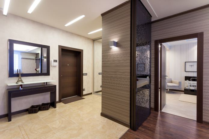 темно-коричневый плинтус и темная дверь