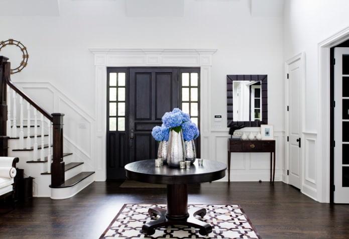 сочетание черных дверей и темно-коричневого напольного покрытия