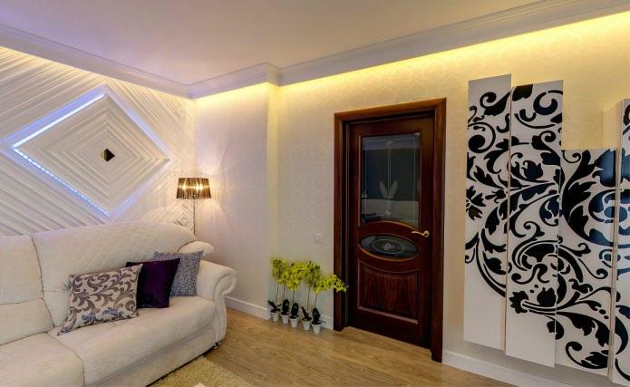 белый плинтус и коричневая дверь с стеклянными вставками